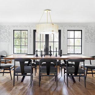 Immagine di una sala da pranzo country chiusa con pareti multicolore, pavimento in legno massello medio e nessun camino