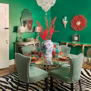 Foto de comedor asiático, cerrado, con paredes verdes y suelo de madera en tonos medios