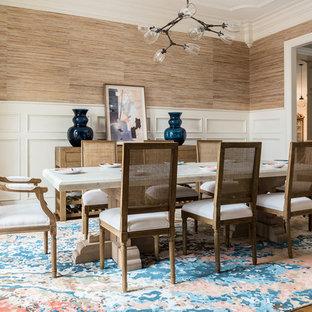 Modelo de comedor clásico renovado, cerrado, con paredes metalizadas, suelo de madera en tonos medios y suelo marrón