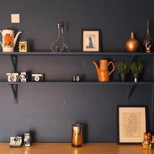 Idee per una sala da pranzo minimalista chiusa e di medie dimensioni con pareti blu, pavimento in laminato e pavimento beige