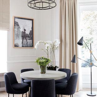 Cette photo montre une salle à manger ouverte sur le salon chic de taille moyenne avec un mur beige, sol en stratifié et un sol beige.
