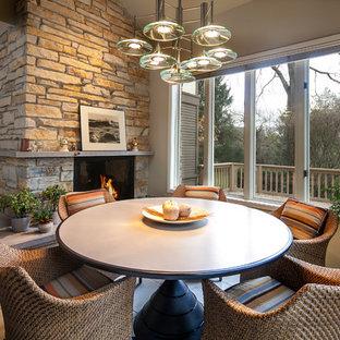 Idee per una sala da pranzo classica di medie dimensioni con pareti beige, pavimento con piastrelle in ceramica, camino classico e cornice del camino in pietra