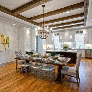 Mittelgroße Tropische Wohnküche mit weißer Wandfarbe und braunem Holzboden in Charleston