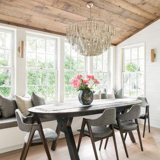 На фото: маленькая столовая в морском стиле с с кухонным уголком, белыми стенами, светлым паркетным полом, сводчатым потолком, деревянным потолком и стенами из вагонки без камина