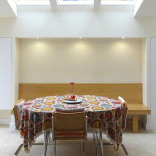 オックスフォードシャーの小さいヴィクトリアン調のおしゃれなLDK (セラミックタイルの床、暖炉なし、ベージュの床) の写真