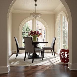Ispirazione per una sala da pranzo tradizionale con parquet scuro e pareti beige