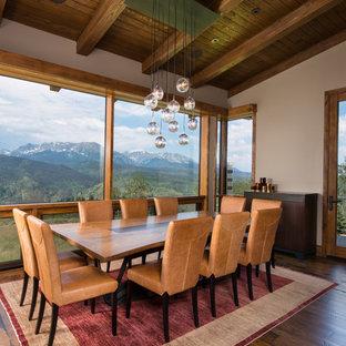 Cette image montre une grand salle à manger craftsman fermée avec un mur blanc, un sol en bois brun et un sol marron.