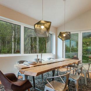 Idee per una sala da pranzo aperta verso il soggiorno moderna con pareti bianche, pavimento in legno massello medio, nessun camino e pavimento marrone