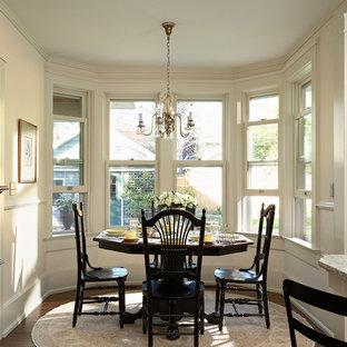 Ispirazione per una sala da pranzo aperta verso la cucina vittoriana di medie dimensioni con pareti bianche, parquet scuro e nessun camino