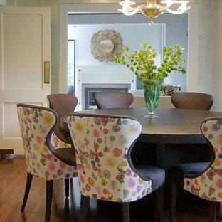 Ispirazione per una sala da pranzo chic di medie dimensioni con pareti con effetto metallico, pavimento in legno massello medio e camino classico