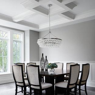 Idee per una sala da pranzo tradizionale di medie dimensioni con pareti grigie e parquet scuro