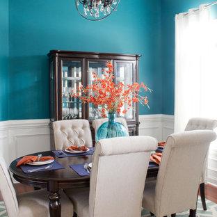 Modern inredning av en mellanstor separat matplats, med blå väggar, mellanmörkt trägolv och brunt golv