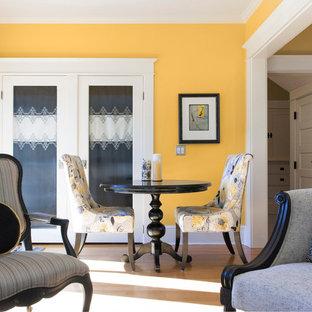 Esempio di una piccola sala da pranzo aperta verso il soggiorno contemporanea con pareti gialle e parquet chiaro