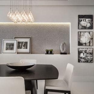 Inspiration för en mellanstor funkis matplats med öppen planlösning, med vita väggar, klinkergolv i porslin och vitt golv