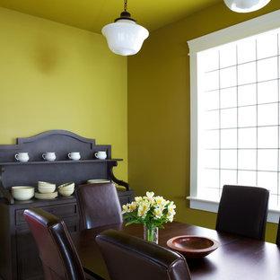 Modelo de comedor tradicional renovado, de tamaño medio, cerrado, sin chimenea, con paredes amarillas, suelo de madera en tonos medios y suelo marrón
