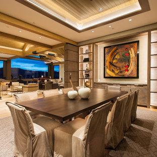 Esempio di un'ampia sala da pranzo aperta verso il soggiorno minimal con pareti beige, parquet chiaro, nessun camino e pavimento marrone
