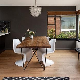 Modelo de comedor contemporáneo, de tamaño medio, abierto, sin chimenea, con paredes grises, suelo de madera en tonos medios y suelo marrón