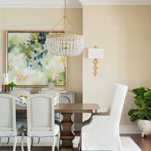 Стильный дизайн: большая гостиная-столовая в средиземноморском стиле с бежевыми стенами и коричневым полом - последний тренд
