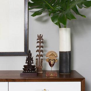 Imagen de comedor moderno, de tamaño medio, abierto, con paredes grises, suelo de madera en tonos medios, chimenea lineal, marco de chimenea de hormigón y suelo marrón