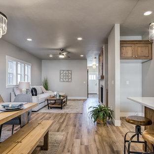 Idee per una sala da pranzo aperta verso la cucina stile americano di medie dimensioni con pareti grigie, pavimento in laminato e pavimento marrone