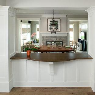 Idee per una grande sala da pranzo aperta verso il soggiorno chic con pareti grigie e pavimento in legno massello medio