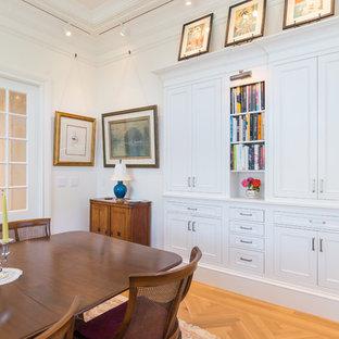 Idées déco pour une salle à manger ouverte sur le salon classique de taille moyenne avec un sol en bois clair, un sol orange, un mur blanc et aucune cheminée.
