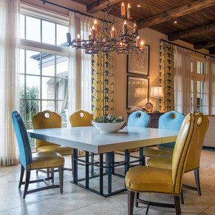 Inspiration pour une grand salle à manger ouverte sur la cuisine méditerranéenne avec un mur beige, un sol en calcaire et aucune cheminée.