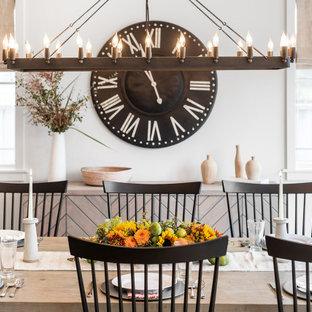 Diseño de comedor machihembrado, de estilo de casa de campo, machihembrado, con paredes grises, suelo de madera clara y machihembrado