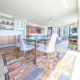 Idées déco pour une salle à manger ouverte sur le salon rétro de taille moyenne avec un sol en vinyl et un sol jaune.