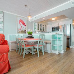 Foto di un piccolo angolo colazione stile marino con pavimento in vinile e pavimento giallo