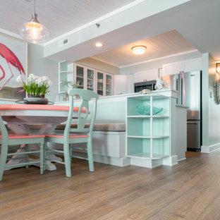 Immagine di un piccolo angolo colazione stile marino con pavimento in vinile, pavimento giallo e pareti verdi