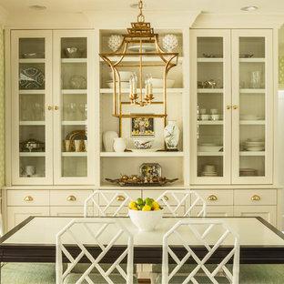 Idee per una sala da pranzo aperta verso la cucina tradizionale di medie dimensioni con pareti verdi, pavimento in legno massello medio e nessun camino