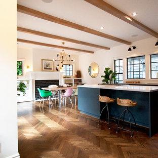 Foto de comedor de cocina clásico renovado, grande, con paredes blancas, suelo de madera oscura, chimenea tradicional y marco de chimenea de yeso