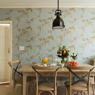 Immagine di una grande sala da pranzo chic chiusa con pareti blu, pavimento in travertino e nessun camino