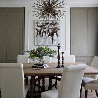 Idéer för en mellanstor klassisk separat matplats, med mellanmörkt trägolv, brunt golv och vita väggar