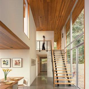 Ispirazione per una sala da pranzo moderna chiusa e di medie dimensioni con pareti bianche e pavimento con piastrelle in ceramica
