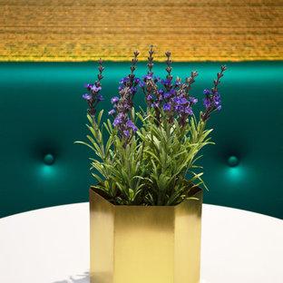 Foto di una sala da pranzo aperta verso la cucina design di medie dimensioni con pareti con effetto metallico e pavimento in vinile