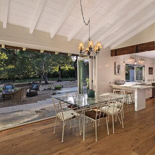 Sala da pranzo aperta verso la cucina moderna con camino ad angolo ...