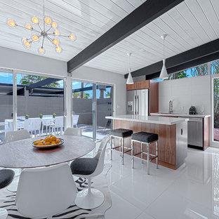 他の地域の中サイズのミッドセンチュリースタイルのおしゃれなダイニングキッチン (白い壁、セラミックタイルの床) の写真