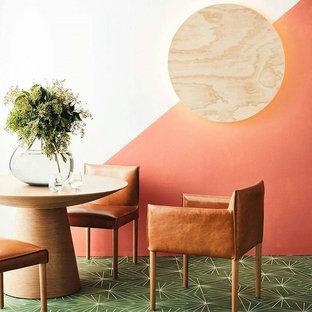 Modernes Esszimmer mit oranger Wandfarbe in New York