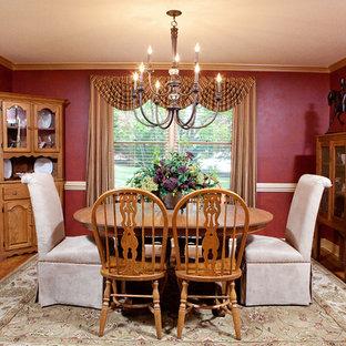 Diseño de comedor tradicional, de tamaño medio, cerrado, sin chimenea, con paredes rojas, suelo de madera en tonos medios y suelo marrón