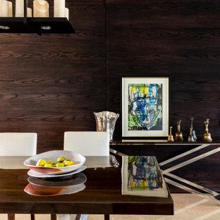 Idee per una sala da pranzo contemporanea con pavimento beige e pareti in legno