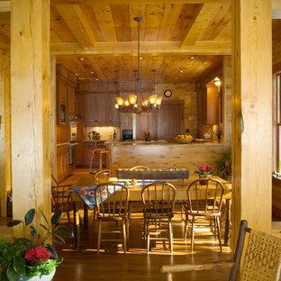 Idee per una sala da pranzo aperta verso la cucina stile rurale con pareti marroni e parquet chiaro