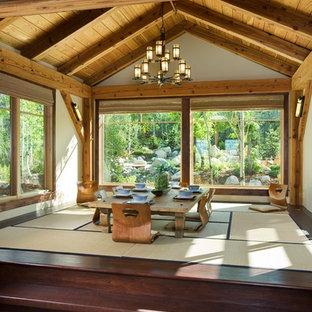 Cette photo montre une salle à manger asiatique avec un mur beige, un sol en bois foncé et aucune cheminée.
