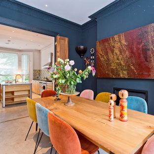 Idéer för en stor klassisk separat matplats, med blå väggar, klinkergolv i porslin och beiget golv