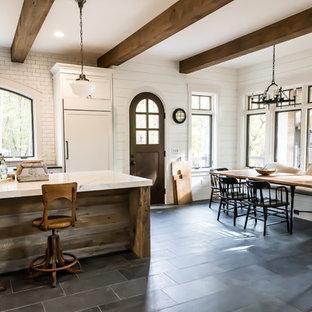 Ejemplo de comedor de cocina campestre con paredes blancas, suelo de pizarra y suelo azul