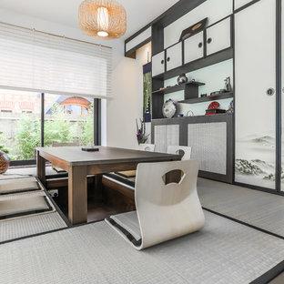 Modelo de comedor de estilo zen, de tamaño medio, cerrado, con paredes blancas, suelo gris y suelo de bambú