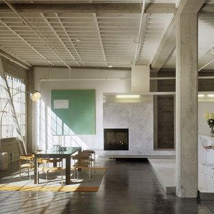Foto de comedor de cocina industrial, de tamaño medio, con paredes blancas, suelo de madera oscura, suelo marrón, chimenea de esquina y marco de chimenea de piedra