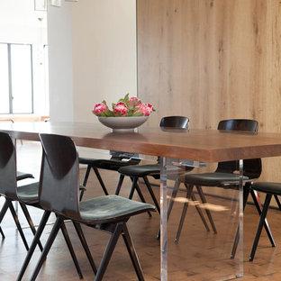 Diseño de comedor moderno, de tamaño medio, cerrado, con paredes blancas y suelo de madera clara