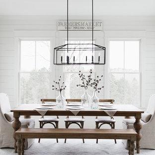 Ejemplo de comedor campestre, sin chimenea, con paredes blancas y suelo de madera clara